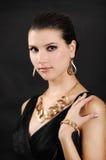 Mujer hermosa en joyería de oro imagen de archivo
