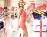 Mujer hermosa en la alameda de compras Imágenes de archivo libres de regalías