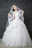 Mujer hermosa en la alineada de boda blanca Imagen de archivo