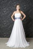 Mujer hermosa en la alineada de boda blanca Imagen de archivo libre de regalías