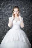 Mujer hermosa en la alineada de boda blanca Foto de archivo libre de regalías