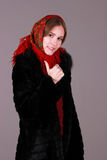 Mujer hermosa en la bufanda roja imagen de archivo