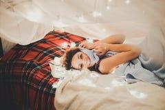 Mujer hermosa en la cama, interior de la Navidad, disfrute Imagenes de archivo