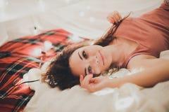 Mujer hermosa en la cama, interior de la Navidad, disfrute Fotografía de archivo libre de regalías