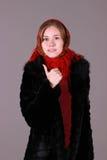Mujer hermosa en la cicatriz roja foto de archivo libre de regalías