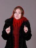 Mujer hermosa en la cicatriz roja imagen de archivo libre de regalías