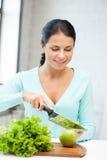 Mujer hermosa en la cocina Imágenes de archivo libres de regalías