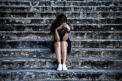 Mujer hermosa en la depresión frustrada que se sienta en las escaleras Fotografía de archivo