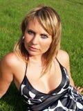 Mujer hermosa en la hierba imagen de archivo libre de regalías