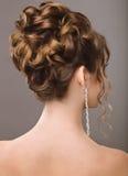 Mujer hermosa en la imagen de la novia Pelo de la belleza Opinión trasera del peinado Imagen de archivo