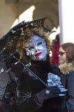 Mujer hermosa en la máscara con el paraguas, carnaval de Venecia Fotografía de archivo