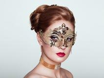Mujer hermosa en la máscara veneciana de la mascarada fotografía de archivo libre de regalías