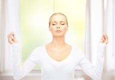 Mujer hermosa en la meditación fotos de archivo libres de regalías