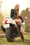 Mujer hermosa en la motocicleta Fotografía de archivo libre de regalías