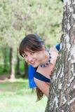 Mujer hermosa en la naturaleza cerca de un abedul Fotos de archivo libres de regalías