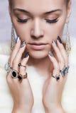Mujer hermosa en la piel, manos con joyería Muchacha con maquillaje y la manicura Imágenes de archivo libres de regalías