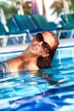 Mujer hermosa en la piscina Fotos de archivo