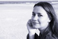 Mujer hermosa en la playa fotografía de archivo libre de regalías