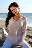 Mujer hermosa en la playa Fotos de archivo libres de regalías