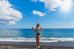 Mujer hermosa en la playa con un cóctel Imagen de archivo libre de regalías