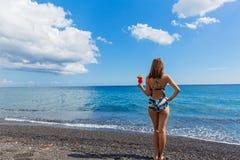 Mujer hermosa en la playa con un cóctel Fotografía de archivo libre de regalías