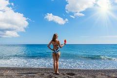 Mujer hermosa en la playa con un cóctel Imagen de archivo