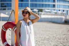 Mujer hermosa en la playa del verano Foto de archivo