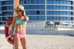 Mujer hermosa en la playa del verano Fotografía de archivo