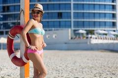 Mujer hermosa en la playa del verano Fotografía de archivo libre de regalías