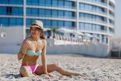 Mujer hermosa en la playa del verano Imagenes de archivo