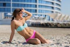 Mujer hermosa en la playa del verano Fotos de archivo libres de regalías
