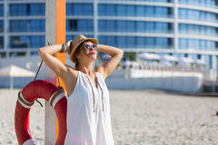 Mujer hermosa en la playa del verano Imagen de archivo