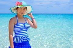 Mujer hermosa en la playa en Tailandia Fotos de archivo libres de regalías