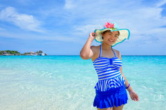Mujer hermosa en la playa en Tailandia Imágenes de archivo libres de regalías