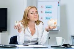 Mujer hermosa en la preocupación de la oficina sobre costes de la calefacción Foto de archivo libre de regalías