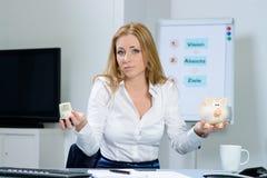 Mujer hermosa en la preocupación de la oficina sobre costes de la calefacción Foto de archivo