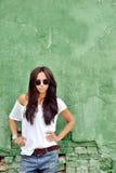 Mujer hermosa en la ropa casual que lleva las gafas de sol Fotografía de archivo
