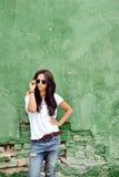 Mujer hermosa en la ropa casual que lleva las gafas de sol Fotos de archivo