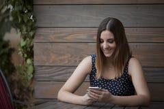 Mujer hermosa en la tabla de madera fotos de archivo