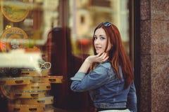 Mujer hermosa en la ventana de la tienda Foto de archivo