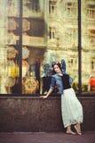 Mujer hermosa en la ventana de la tienda Imagen de archivo