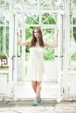 Mujer hermosa en Lacy Dress blanco Imagen de archivo libre de regalías