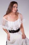 Mujer hermosa en Lacy White Dress Imágenes de archivo libres de regalías