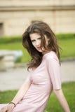 Mujer hermosa en lanzamiento del exterior fotos de archivo libres de regalías