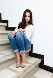 Mujer hermosa en las escaleras imagen de archivo