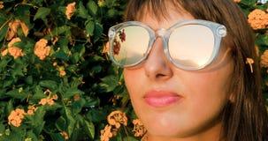 Mujer hermosa en las gafas de sol que dan vuelta al sol imagenes de archivo