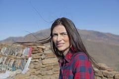 Mujer hermosa en las montañas Fotografía de archivo libre de regalías