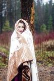 Mujer hermosa en manta caliente en bosque fotos de archivo libres de regalías