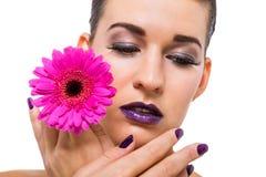 Mujer hermosa en maquillaje púrpura imagen de archivo libre de regalías