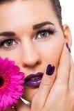 Mujer hermosa en maquillaje púrpura fotos de archivo